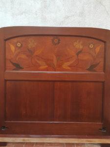 Cama noucentista en madera de roble con maquetería y estuco, siglo XX (1910/15)